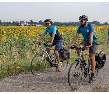 Davide e Gianluca con girasoli