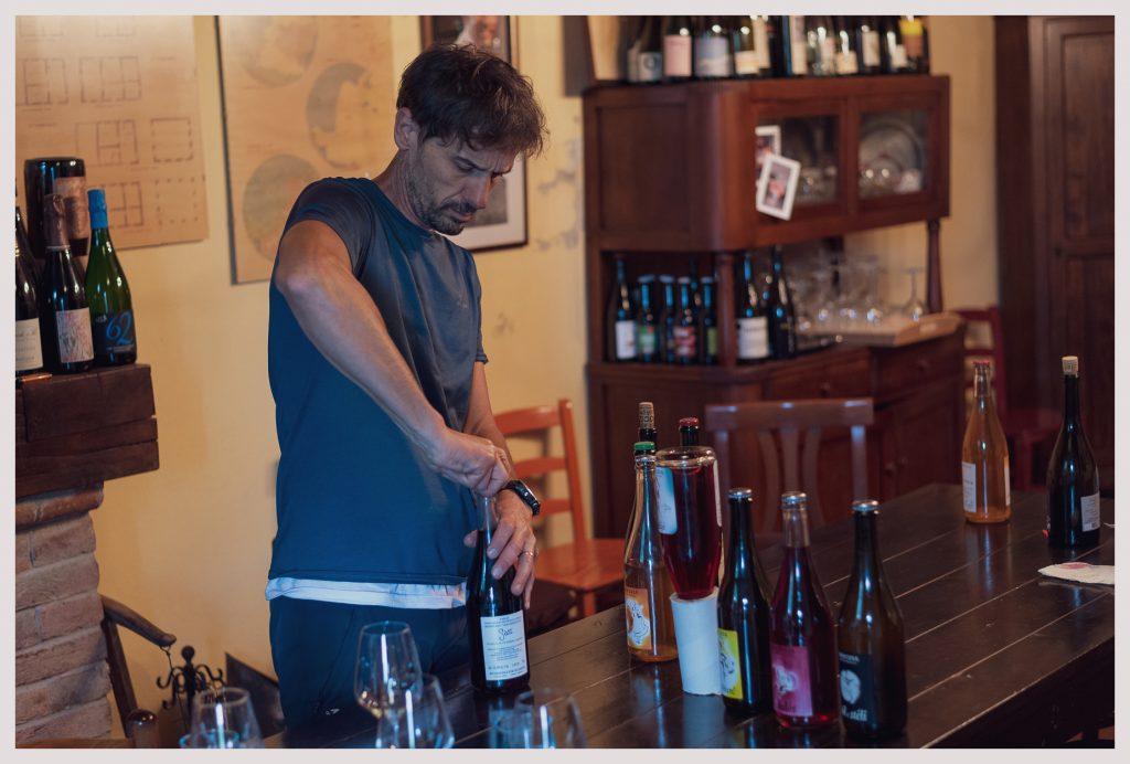 Marco apre bottiglia di Balos